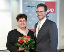 Der SPD Landesvorsitzende Florian Pronold gratuliert der AsF Landesvorsitzenden Micky Wenngatz